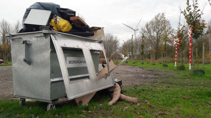 En volgestouwde container bleef afgelopen weekend achter na een illegale houseparty op de parkeerplaats nabij de Kreekraksluizen.