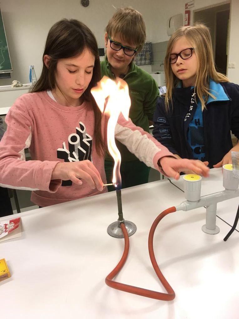 De kinderen kunnen wetenschappelijke proefjes doen.