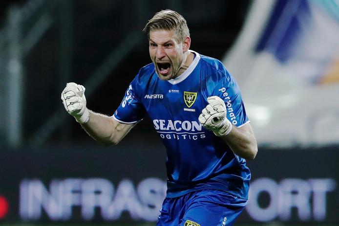Lars Unnerstall viert de 1-0 van VVV.