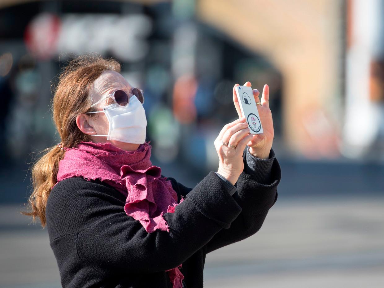 In verschillende landen worden locatiegegevens van smartphones gebruikt in de strijd tegen het coronavirus. Beeld AFP