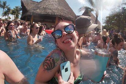 """Vrouw boekt vakantie om te rusten, maar in hotel vindt festival plaats: """"Drank en drugs vlakbij spelende kinderen"""""""