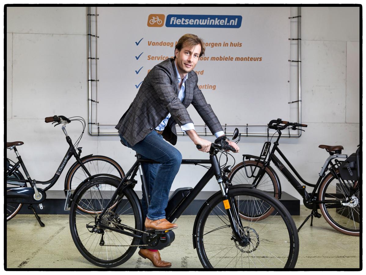 Ceo Bastiaan Hagenouw van International Bike Group, het moederbedrijf van Fietsenwinkel.nl, op een e-bike