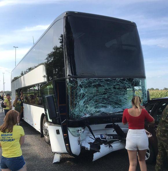 De bus knalde volgens getuigen op een ongeval dat net voor hen gebeurde