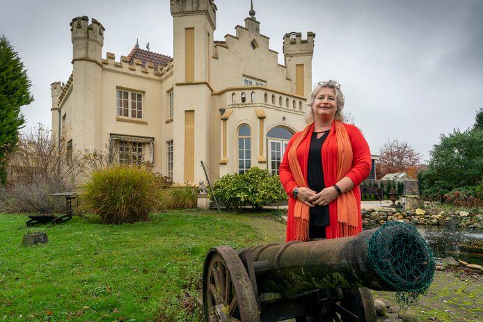 Veilinghuismedewerker Julia de Jong bij Kasteel Meerwijk dat net als het kanon in de tuin te koop is.