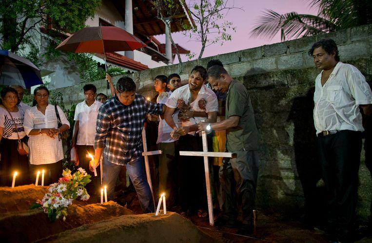De eerste slachtoffers van de aanslag op de Sint-Sebastiaanskerk in Negombo weden begraven.
