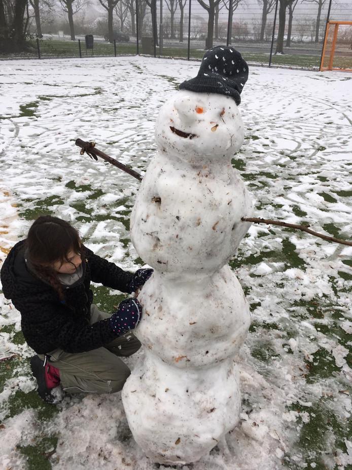 Rosanne maakte een mooie sneeuwpop in Tiel.