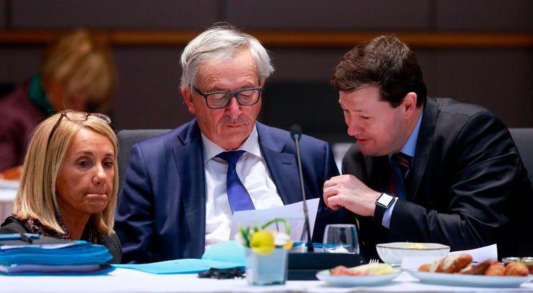 De Europese Commissie: kabinetschef Clara Martinez Alberola, voorzitter Jean-Claude Juncker en Martin Selmayr, net een maand secretaris-generaal, in maart 2018.   Beeld AFP