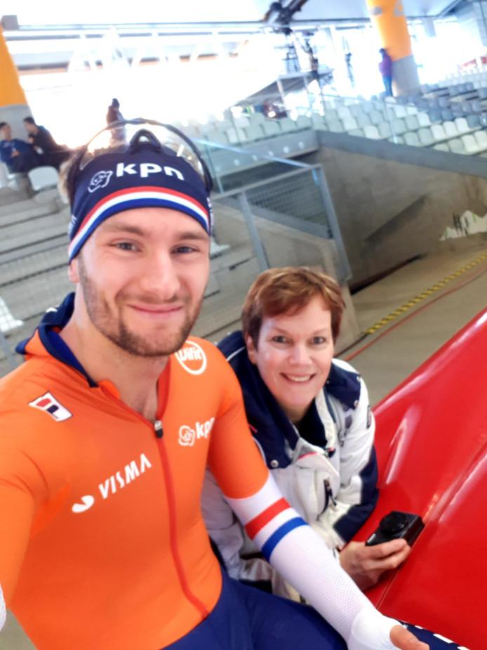 Moeder Monique bezoekt zoon Thomas Krol tijdens de trining op het ijs van de max Aicher Arena in Inzell.