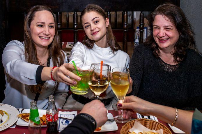 In het Griekse restaurant van haar tante in Zeist eet Stefania Liberakakis (midden) een hapje met haar moeder Koela (rechts) en haar zus (Nitsa)
