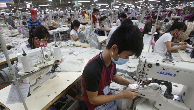 Arbeiders aan het werk in een textielfabriek in Vietnam. (Illustratiebeeld)