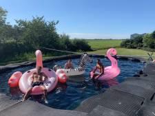 Martijn (20) bouwt met hooibalen een zwembad in de tuin en gaat viral op TikTok