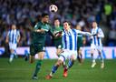 Marc Bartra van Real Betis (links) in duel met Mikel Oyarzabal van Real Sociedad.