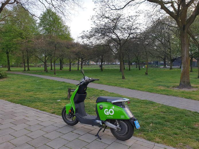 Een elektrische scooter van Go Sharing bij het Hortensiapark in Helmond-Oost.