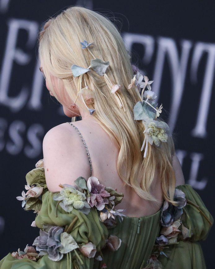 La chevelure de la star avait également été ornée de fleurs.