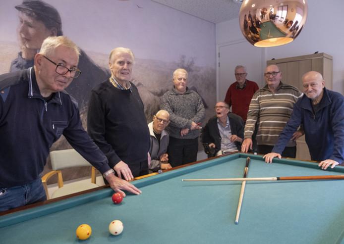 De biljarters van Haamstede. Van links naar rechts Mari van Hattem, Tinus Deltenre, Joop Koot (zittend), Jan Hart, Jan ter Velde (zittend), Henk Punt, Thor Westgard en Pleun van der Linden.