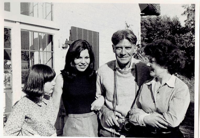 Dochters Branda en Milja, A. den Dolaard en zijn vrouw Erie. Beeld Familiearchief