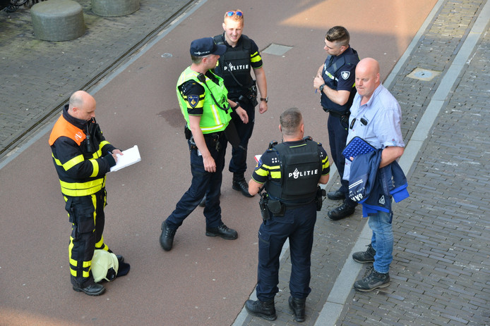 Politieagent zijn druk in de weer.