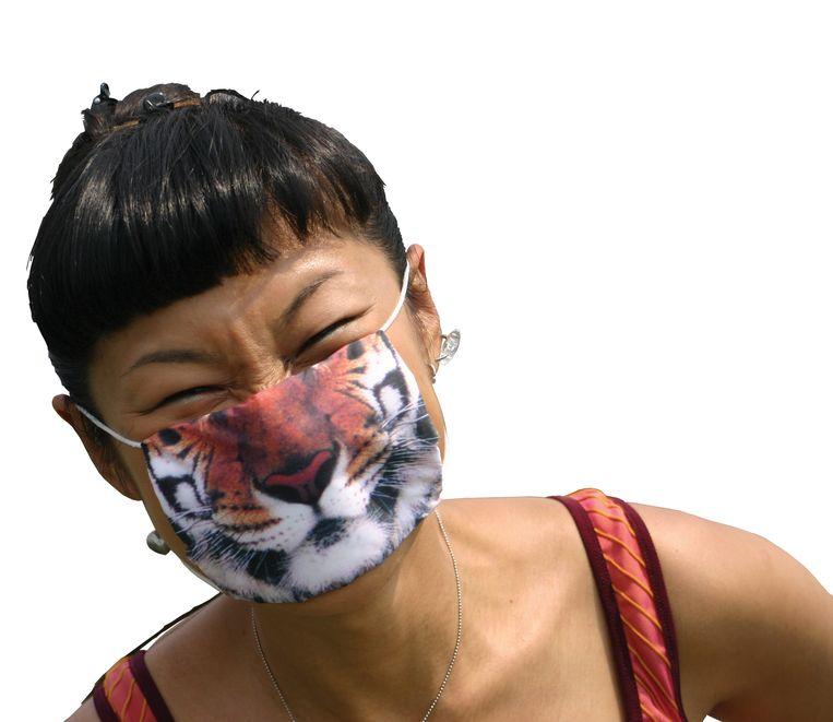 In het Tropenmuseum worden workshops en masterclasses aangeboden in het vormgeven van je eigen mondkapje Beeld
