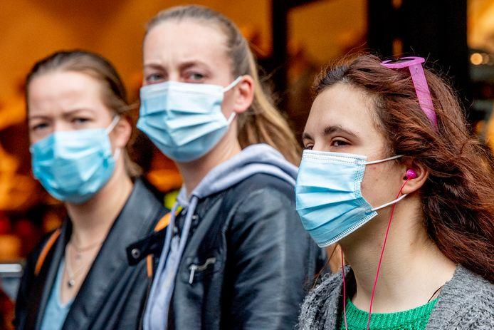 Nederlanders dragen steeds vaker een mondkapje.  In de grote steden is het advies nu om ze in winkels te dragen.