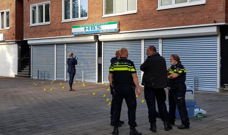 Politieonderzoek in de Johan Huizingalaan, na de beschieting van schoonmaakbedrijf HBS. Beeld anp