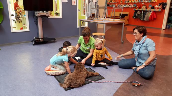 Kinderen van kinderopvang Le garage spelen met Suus