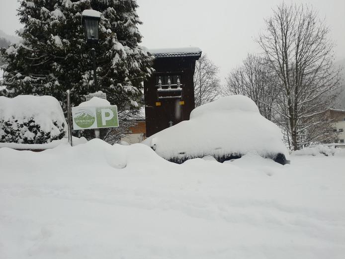 De parkeerplaats van Sportchalet Viehhofen
