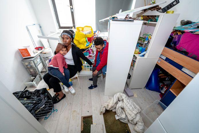 Siriona Sommer met haar twee kinderen in haar onbewoonbare woning aan de Boomgaardsstraat.