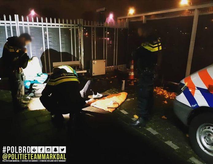 Man klimt over hek bij politiebureau Markdal in Breda, maar raakt gewond door een val.