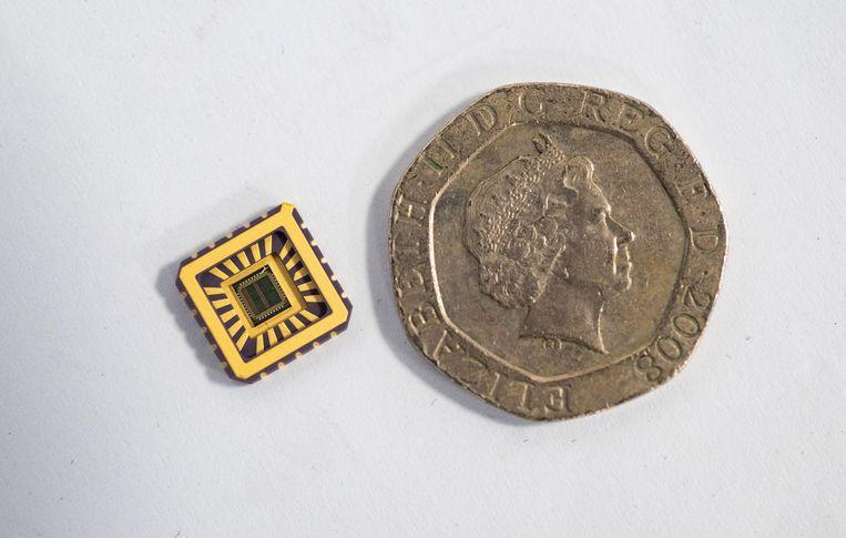 De chip met daarop nagebouwde zenuwcellen. Beeld University of Bath