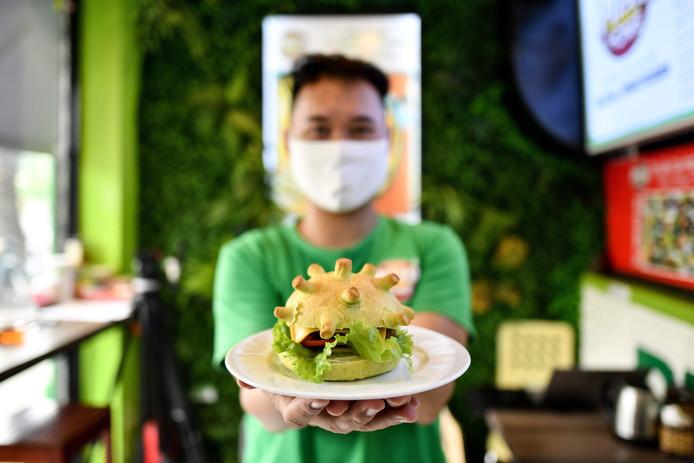 Hoang Tung et son fameux burger, jeudi, à Hanoï