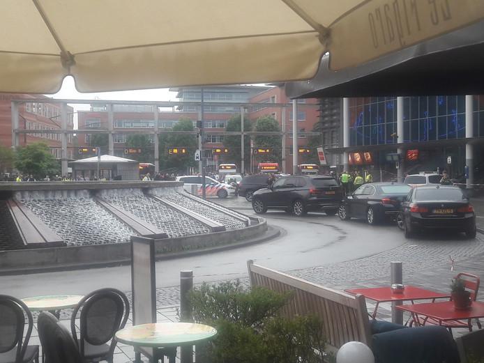 Het ontruimde terras van Le Figaro. Met uitzicht op het eveneens ontruimde station.