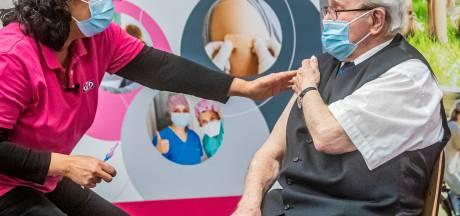 GGD-baas Rouvoet bij vaccinatiestart Apeldoorn: 'Wij maken tempo als vaccins op tijd komen'