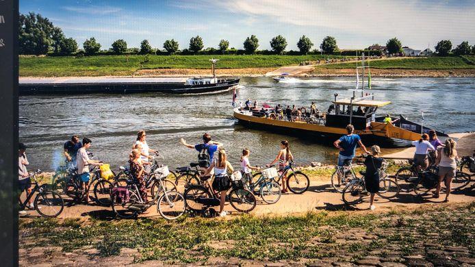 Topdrukte bij het veer over de IJssel bij Rheden.