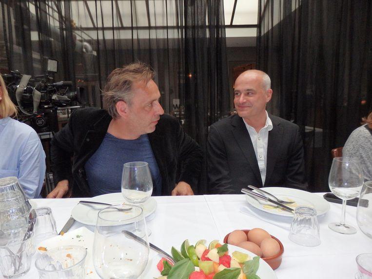 De columnisten Marcel van Roosmalen (l) en Mark Koster prikken ook een vorkje. Beeld Schuim