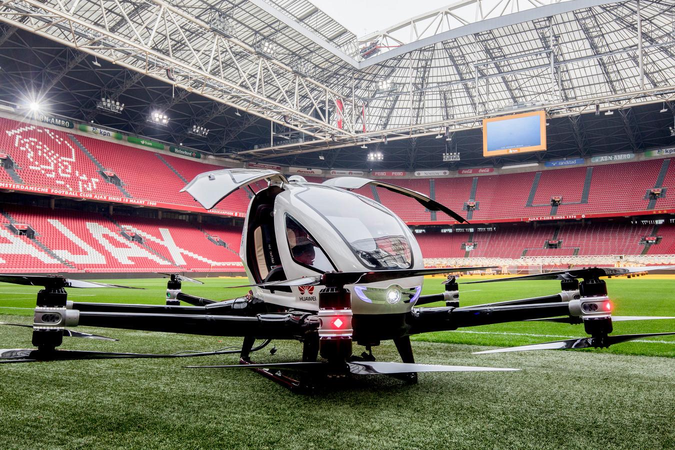 De presentatie van een drone-taxi in de Amsterdam ArenA. De drone biedt plaats aan een persoon tot 100 kilo en een klein stuk bagage. Foto Niels Wenstedt
