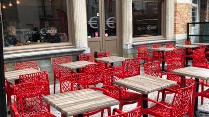 Rode terrasstoelen café gestolen