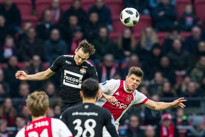 Freek Heerkens gaat een kopduel aan met Klaas Jan Huntelaar tijdens Willem II - Ajax.