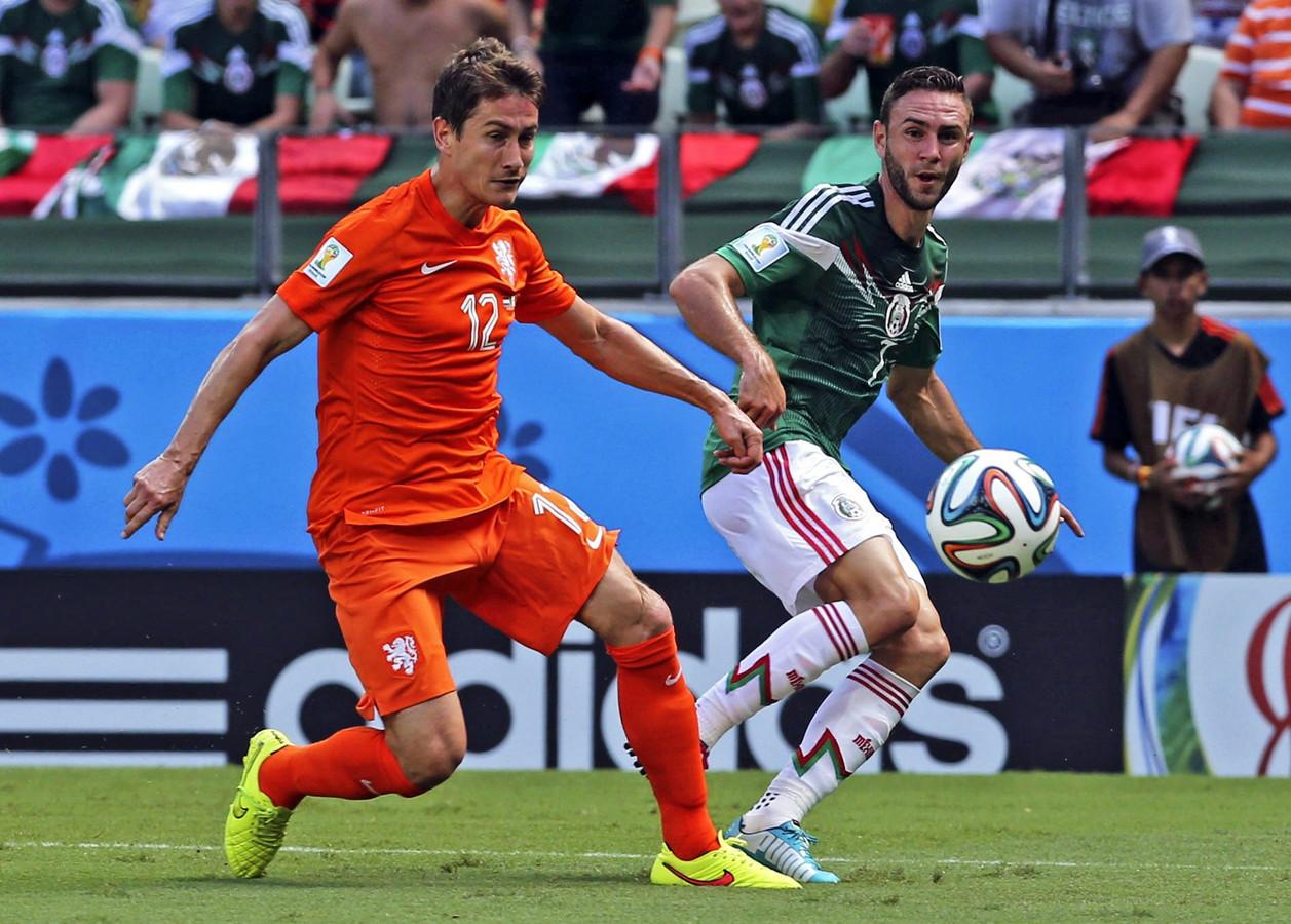 Paul Verhaegh in duel met Miguel Layun van Mexico op het WK 2014.