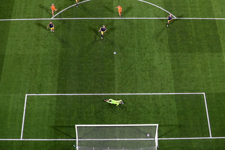 Jackie Groenen schiet de 1-0 langs de Zweedse keepster Hedvig Lindahl. Beeld Getty Images