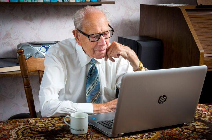 Een oudere gebruikt een laptop. Dit verhaal over financieel misbruik van ouderen gaat niet specifiek over deze man.