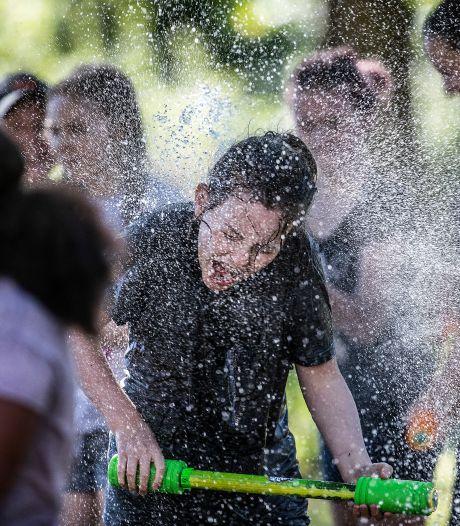 Didamse jongeren nemen het op tegen politie in kleddernat watergevecht