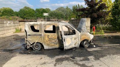 Politie start onderzoek op na uitgebrande bestelwagen op gemeenteterrein