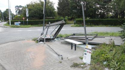 Bushokje volledig vernield na ongeval