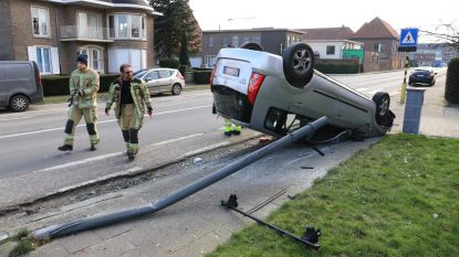 Auto over de kop in Schoolstraat