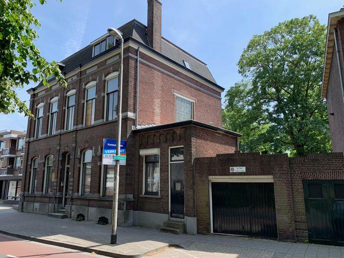 Een ontwikkelaar wil de villa aan Korvelplein 175 verbouwen tot 7 appartementen. Achter het pand zijn een aantal van de bomen zichtbaar.