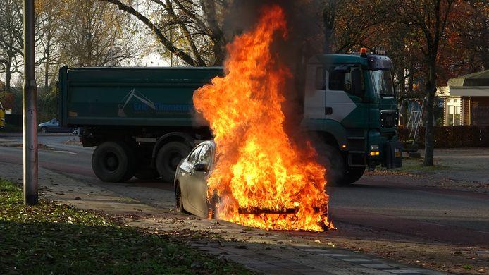 De brandweer kon de auto in Meppel niet meer redden van de vlammenzee.