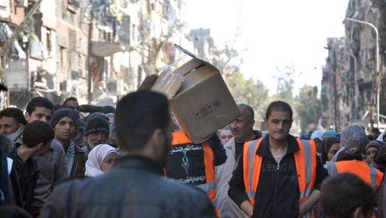 Voedselhulp in het belegerde Palestijnse kamp Yarmouk, nabij de hoofdstad Damascus op 31 maart 2014. Beeld afp