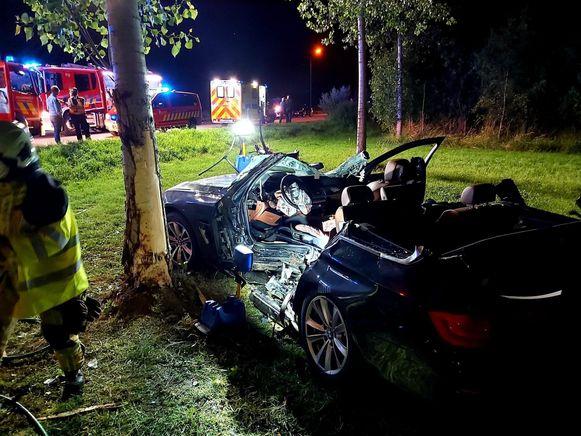 De auto kwam met een harde klap tegen een boom terecht.