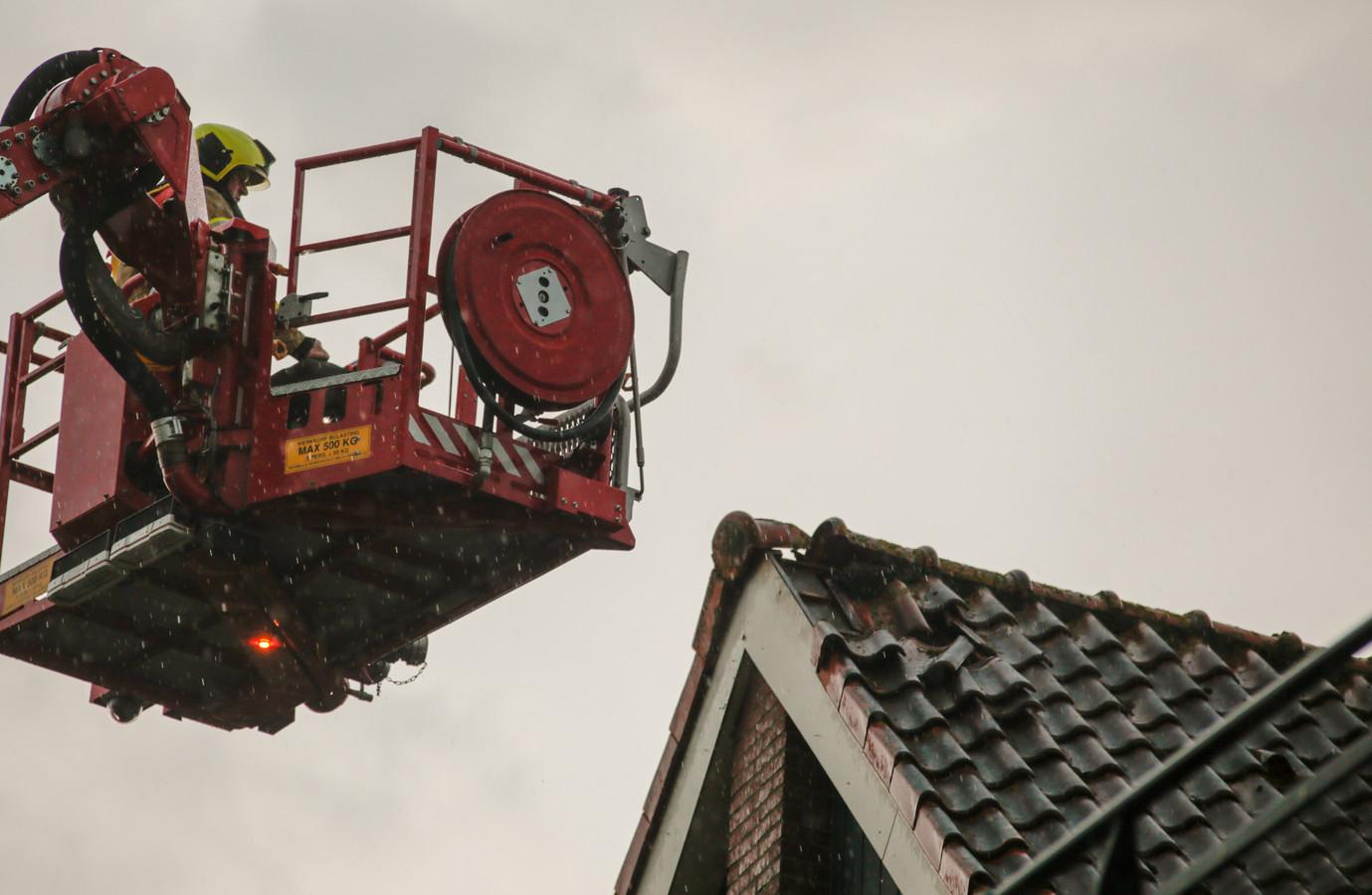 Op het punt van het dak is de schade te zien.