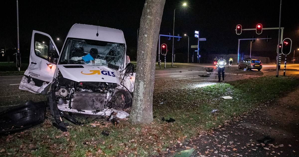 Bestelbus rijdt tegen boom na botsing op kruispunt: drie mensen naar ziekenhuis.